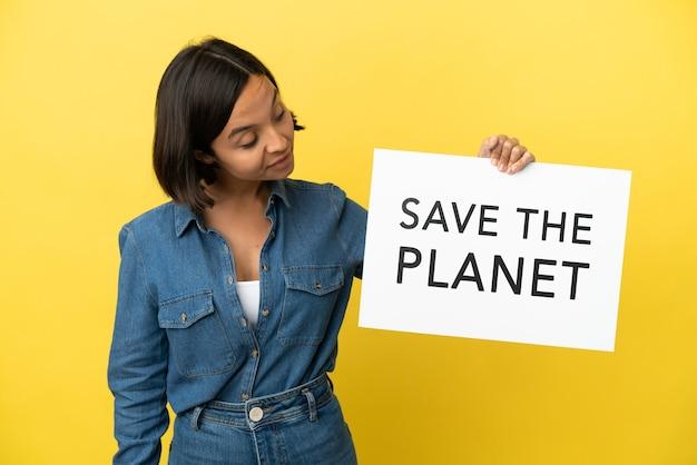 Jonge gemengd ras vrouw geïsoleerd met een bordje met de tekst save the planet