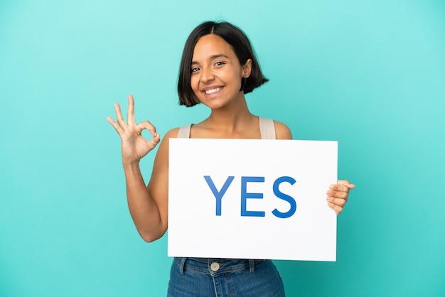 Jonge gemengd ras vrouw geïsoleerd met een bordje met de tekst yes