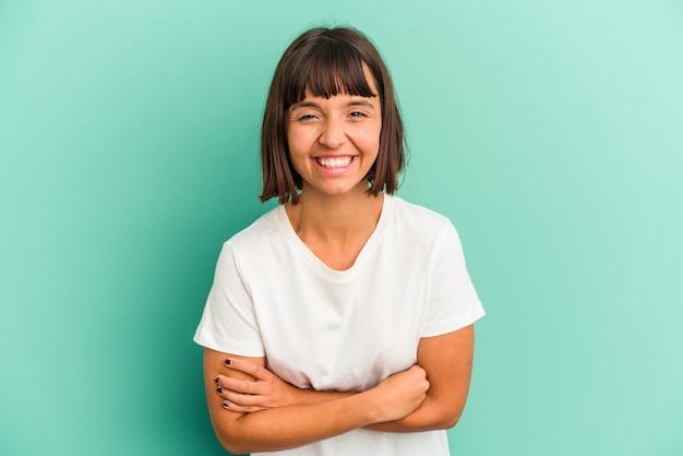 Jonge gemengd ras vrouw geïsoleerd op blauwe achtergrond blaast wangen, heeft vermoeide uitdrukking. gezichtsuitdrukking concept.