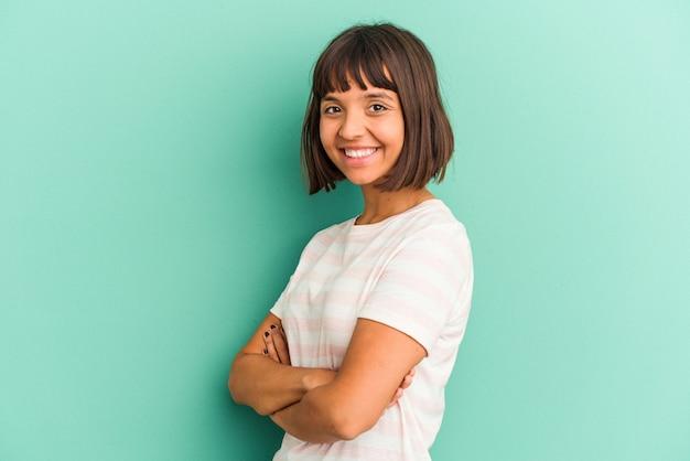 Jonge gemengd ras vrouw geïsoleerd op blauwe achtergrond lijdt pijn in de keel als gevolg van een virus of infectie.