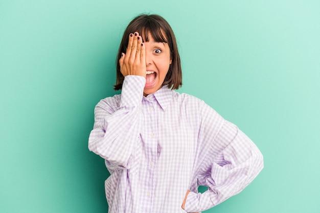 Jonge gemengd ras vrouw geïsoleerd op blauwe achtergrond nekpijn lijden als gevolg van sedentaire levensstijl.