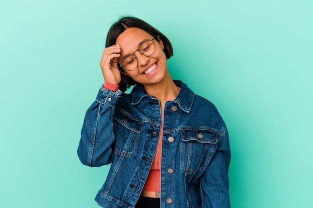 Jonge gemengd ras vrouw geïsoleerd op blauwe achtergrond vrolijk lachen veel. geluk concept.
