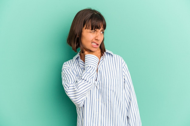 Jonge gemengd ras vrouw geïsoleerd op blauwe achtergrond wijzend met wijsvingers naar een kopie ruimte, opwinding en verlangen uitdrukken.
