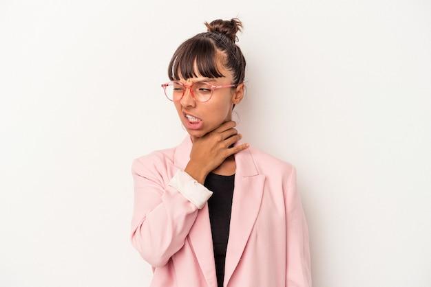 Jonge gemengd ras vrouw geïsoleerd op een witte achtergrond aanraken van de achterkant van het hoofd, denken en het maken van een keuze.