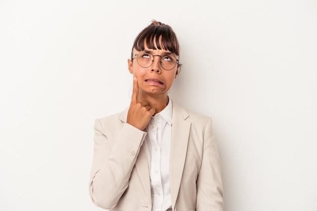 Jonge gemengd ras vrouw geïsoleerd op een witte achtergrond huilen, ongelukkig met iets, pijn en verwarring concept.