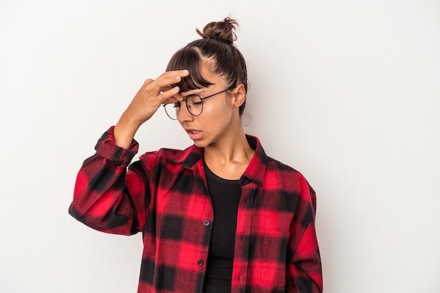 Jonge gemengd ras vrouw geïsoleerd op een witte achtergrond met een hoofdpijn, voorkant van het gezicht aan te raken.