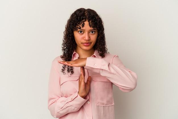Jonge gemengd ras vrouw geïsoleerd op een witte achtergrond met een time-out gebaar.