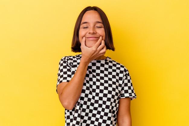 Jonge gemengd ras vrouw geïsoleerd op gele achtergrond twijfelen tussen twee opties.