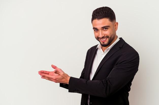 Jonge gemengd ras zakenman geïsoleerd op een witte achtergrond met een kopie ruimte op een palm.