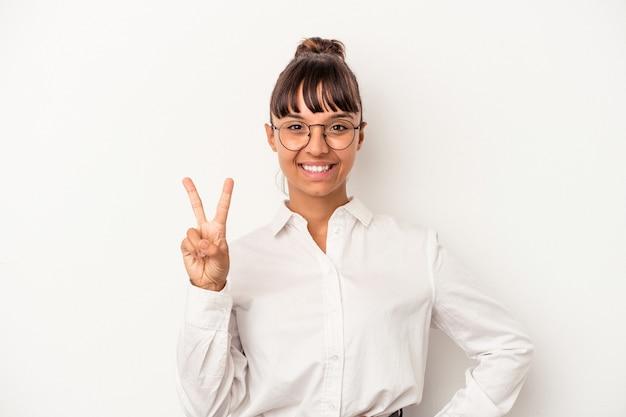 Jonge gemengd ras zakenvrouw geïsoleerd op een witte achtergrond met nummer twee met vingers.