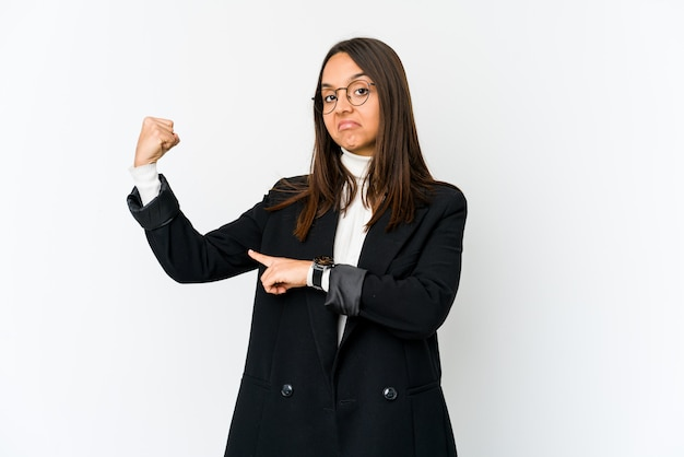Jonge gemengd ras zakenvrouw geïsoleerd op wit met kracht gebaar met armen, symbool van vrouwelijke kracht