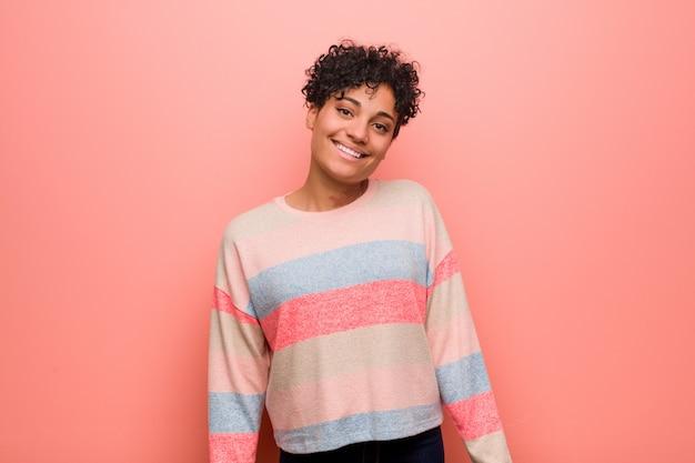 Jonge gemengde afrikaanse amerikaanse gelukkig, glimlachende en vrolijke tienervrouw.