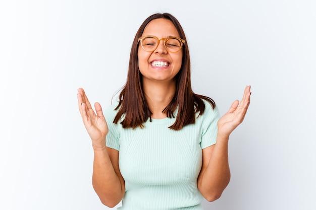 Jonge gemengde geïsoleerde rasvrouw blij veel lachen. geluk concept.