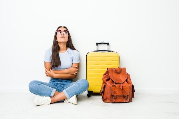 Jonge gemengde race indiase vrouw klaar om te reizen moe van een repetitieve taak.