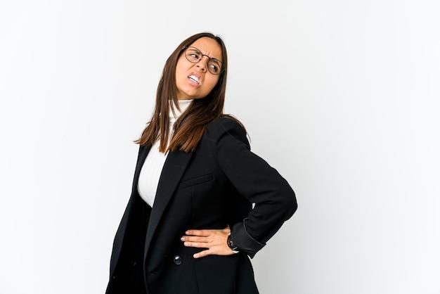 Jonge gemengde ras bedrijfsvrouw die op witte muur wordt geïsoleerd die een rugpijn lijdt.