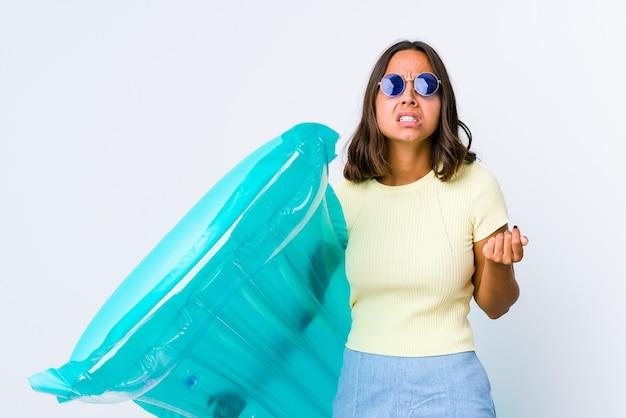 Jonge gemengde rasvrouw die een luchtbed houden die tonen dat geen geld heeft.