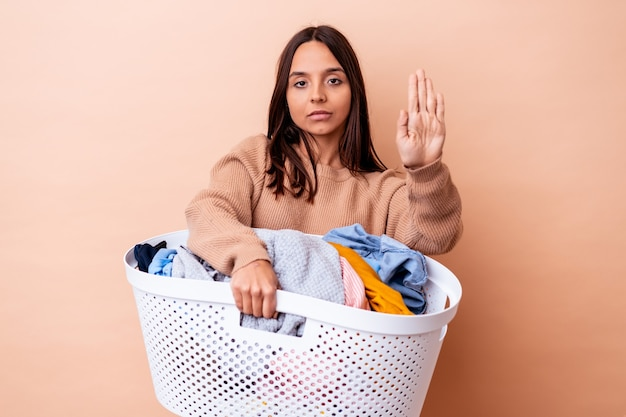 Jonge gemengde rasvrouw die een was geïsoleerd houden die zich met uitgestrekte hand bevinden die eindeteken tonen, die u verhinderen.