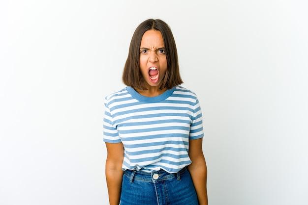 Jonge gemengde rasvrouw die zeer boos, gefrustreerd woedeconcept schreeuwen.