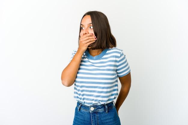 Jonge gemengde rasvrouw nadenkend op zoek naar een kopie ruimte die mond behandelt met hand. Premium Foto