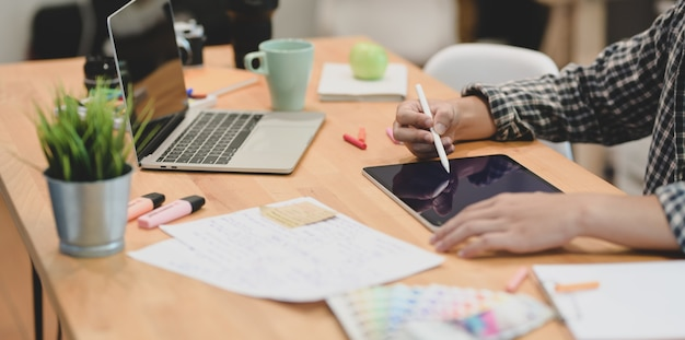 Jonge gemotiveerde grafisch ontwerper die zijn project schaaft