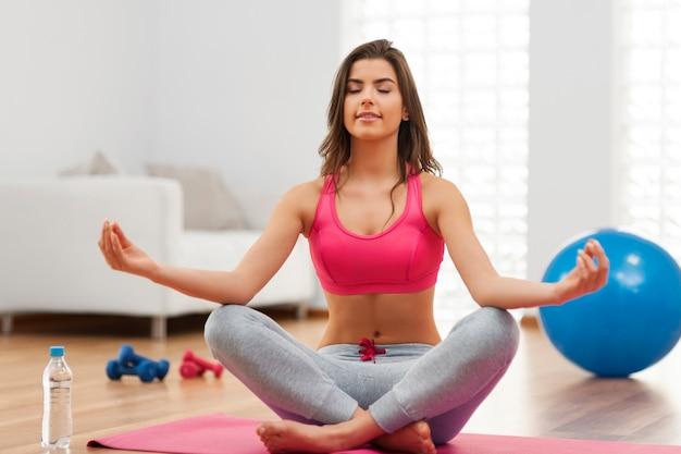 Jonge geschikte vrouw die yogaoefening doet