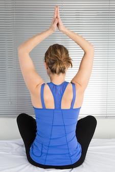 Jonge geschikte vrouw het beoefenen van yoga