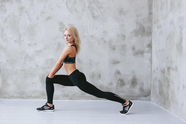 Jonge geschikte vrouw in sportkleding opleiding