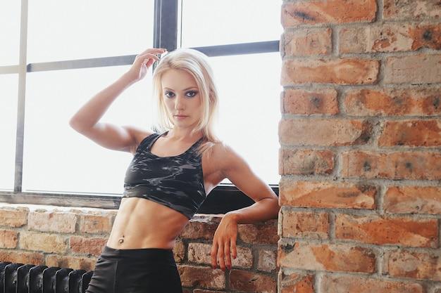Jonge geschikte vrouw in sportkleding