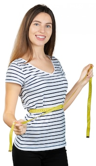 Jonge geschikte vrouw met een metende band die op witte achtergrond wordt geïsoleerd