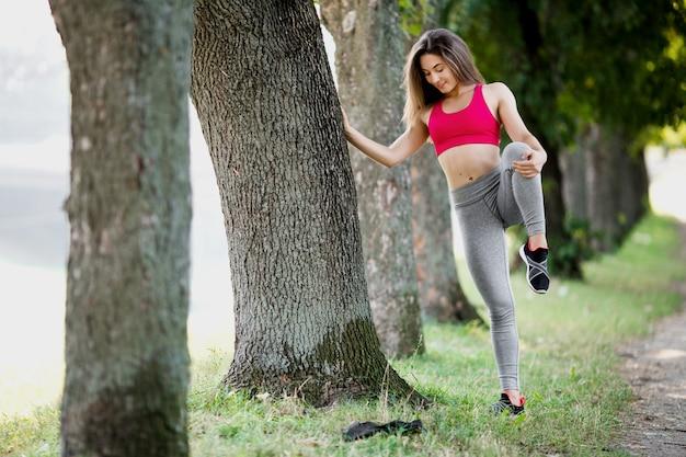 Jonge geschiktheidsvrouw die rond in het park loopt.
