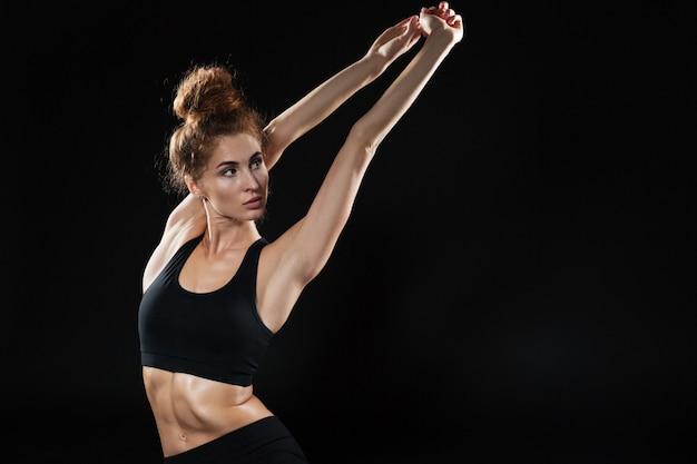 Jonge geschiktheidsvrouw die yogaoefeningen doet