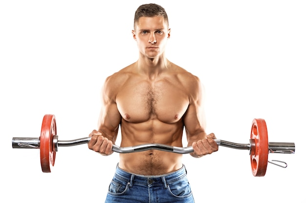 Jonge gespierde man doet biceps barbell curl oefening op witte muur