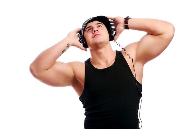 Jonge gespierde man luisteren muziek