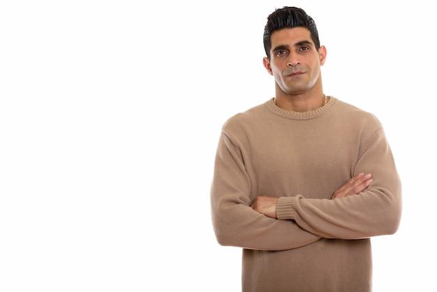 Jonge gespierde perzische man met gekruiste armen