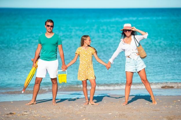Jonge gezin op witte strand tijdens de zomervakantie