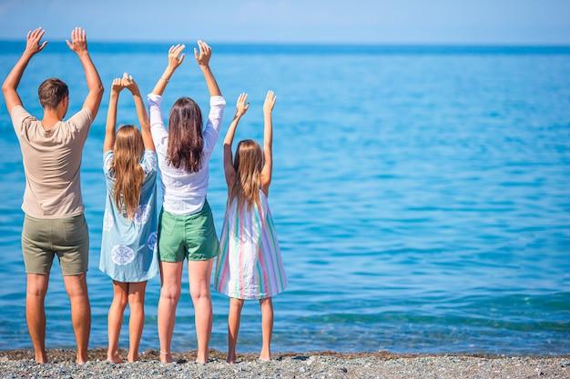 Jonge gezinnen op vakantie hebben veel plezier