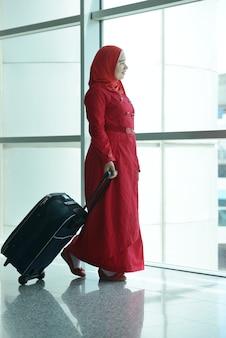 Jonge gezinspassagiers die op de luchthaven reizen