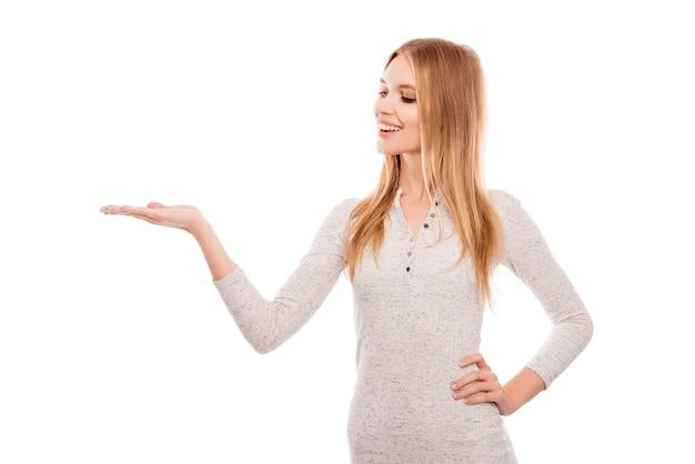 Jonge glimlachende blonde die reclame voor nieuw product maakt