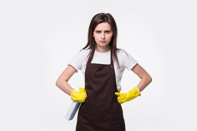 Jonge glimlachende huisvrouw in schort, gele geïsoleerde handschoenen.