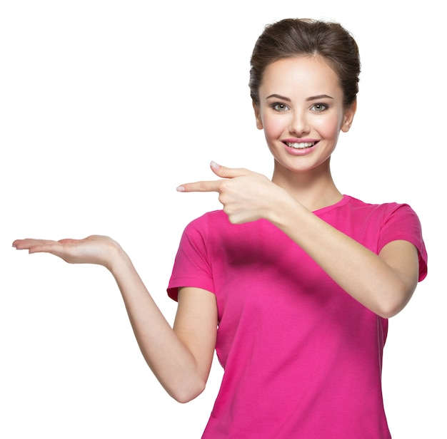 Jonge glimlachende vrouwenpunten door vinger op palm