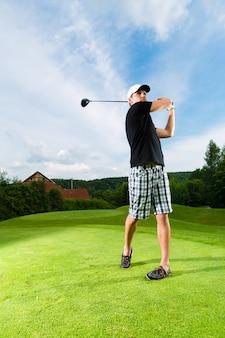 Jonge golfspeler op cursus die golfschommeling doet