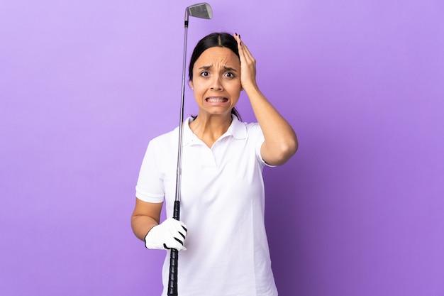 Jonge golfspelervrouw over kleurrijke muur die zenuwachtig gebaar doet