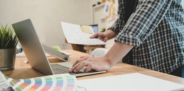 Jonge grafisch ontwerper werkt met professional