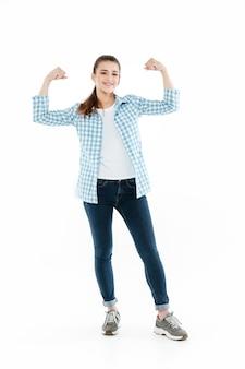 Jonge grappige jonge vrouw die geïsoleerde spieren toont
