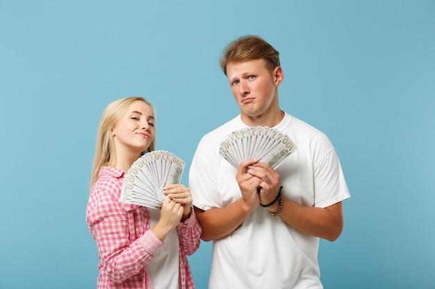 Jonge grappige paar twee vrienden man en vrouw in wit roze t-shirts poseren