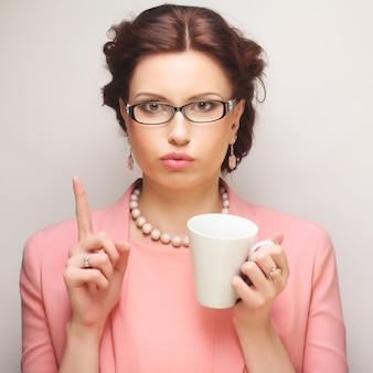Jonge grappige zakenvrouw met een koffiepauze