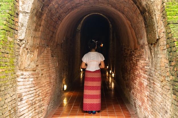 Jonge grils reizen wat umong suan puthatham temple oude tempel gemaakt van hout bekend als landmark