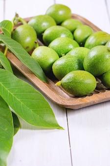 Jonge groene walnoten