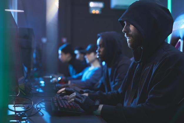 Jonge hackers die computers gebruiken