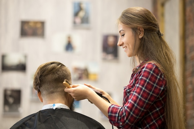 Jonge hairstylist vrouw werken